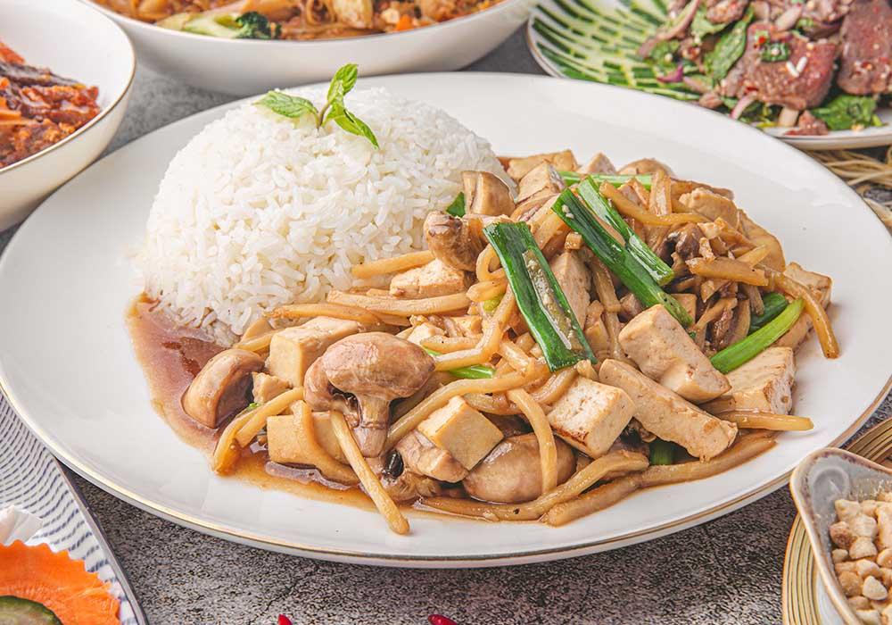 פאד קין אורז, ג'ינג'ר, בצל ירוק, בצל לבן ופטריות